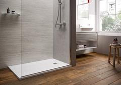"""Bodengleiche bzw. ultraflache Duschflächen gibt es für viele Einbaufälle, in zahllosen Dekoren sowie meist rutschfesten, strapazierfähigen Oberflächen. Diese hier erinnert an Naturstein und betont in schlichtem """"Carraraweiß"""" den rustikalen Charme der Holzdielen. ©Vereinigung Deutsche Sanitärwirtschaft (VDS) / ©Ideal Standard"""