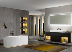 Ein Bad erhält dann eine stimmige Atmosphäre, wenn die Beleuchtung mit der Inneneinrichtung harmoniert. Eine rechtzeitige Lichtplanung ist daher ein Muss – auch oder gerade, wenn die gewählte Einrichtungslinie bereits von Haus aus ein ganzheitliches Beleuchtungskonzept für Möbel und sogar die Badewanne mitbringt. Mittels Fernbedienung und Dimmer lassen sich die Elemente je nach Lichtbedarf einzeln oder gemeinsam inszenieren. ©Vereinigung Deutsche Sanitärwirtschaft (VDS) / Villeroy & Boch