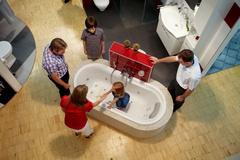In Badausstellungen können Modernisierer sich inspirieren lassen - und einfach alles in Ruhe ausprobieren. ©djd/VDS/ZVSHK